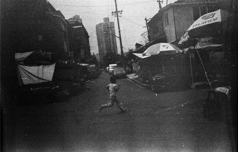 Ein Junge läuft über eine Straße.