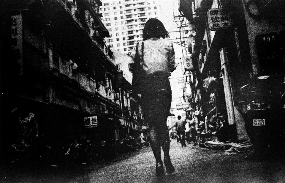 Eine Frau geht eine Straße entlang.