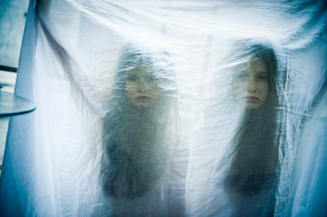 Zwei Mädchen hinter Folie
