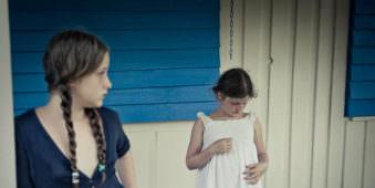 Zwei Mädchen auf der Veranda.
