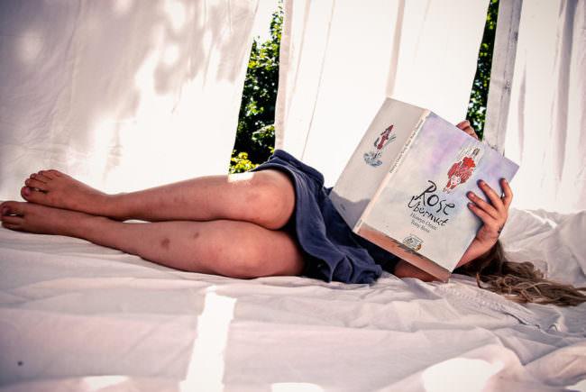 Ein Mädchen liest ein Kinderbuch.