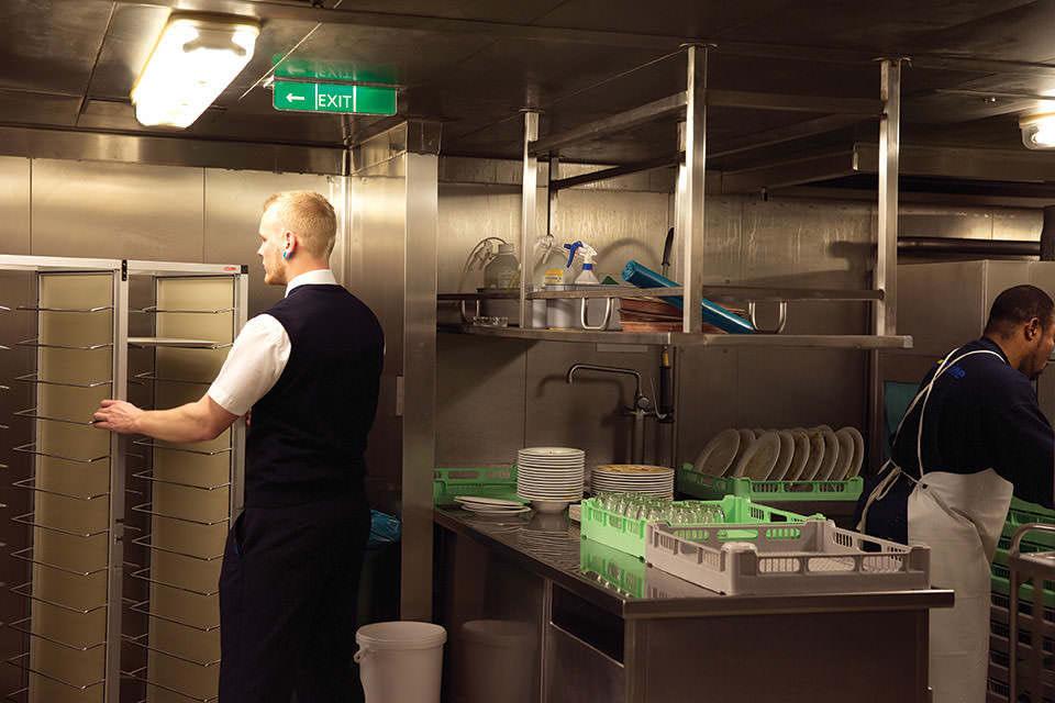 Industrieküchenansicht, Mann öffnet eine Tür.