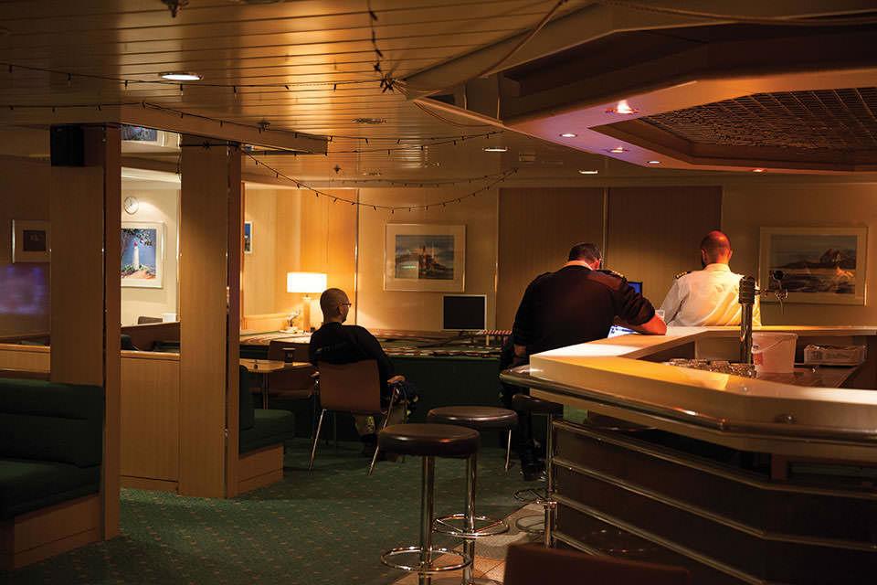 Unter Deck im Innenraum 3 Personen von hinten sitzend.