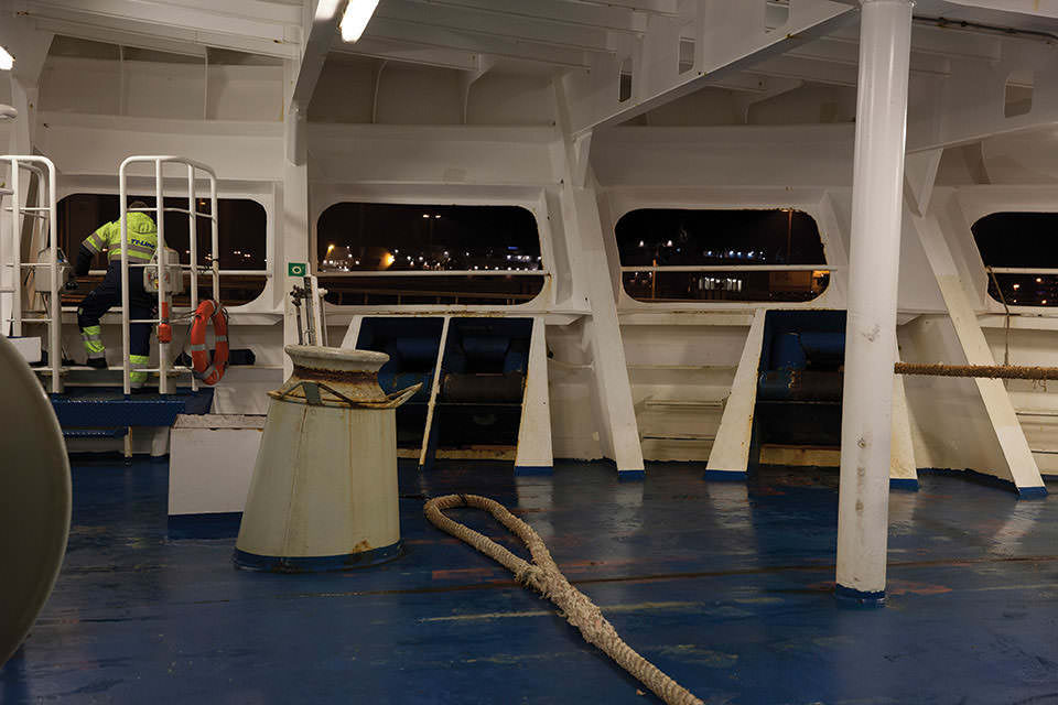 Deckansicht eines Schiffes im Ausschnitt, Tau auf dem Boden.