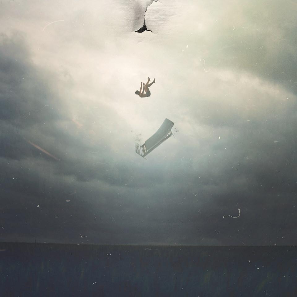 Fotomontage: Ein Mensch und ein Bett fallen aus einem Riss im Himmel.