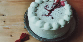 Eine Torte mit einer roten Spur.