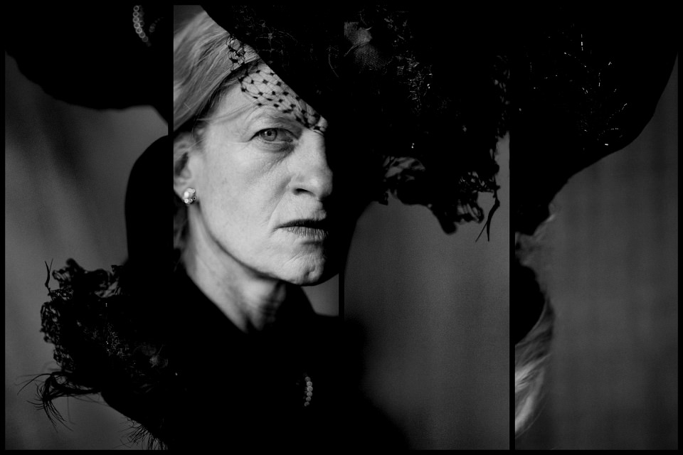 Schwarzweißportrait einer älteren Frau mit Hut.