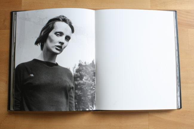 Portrait einer Frau mit Chemiefehlern, in einem Buch.