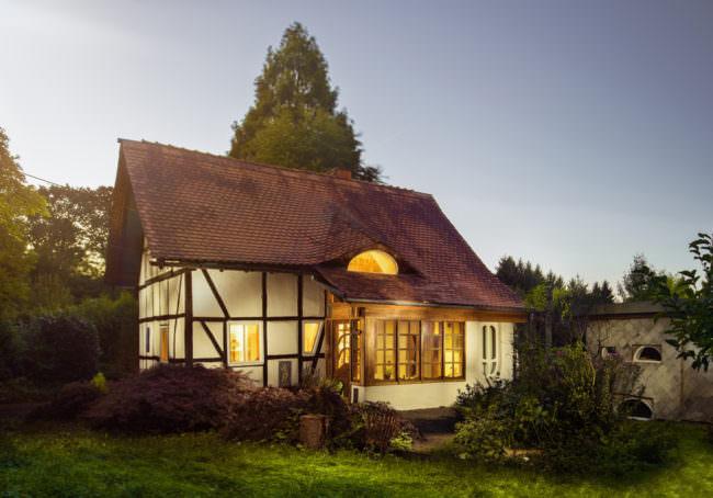 Ein Fachwerkhaus mit erleuchteten Fenstern.