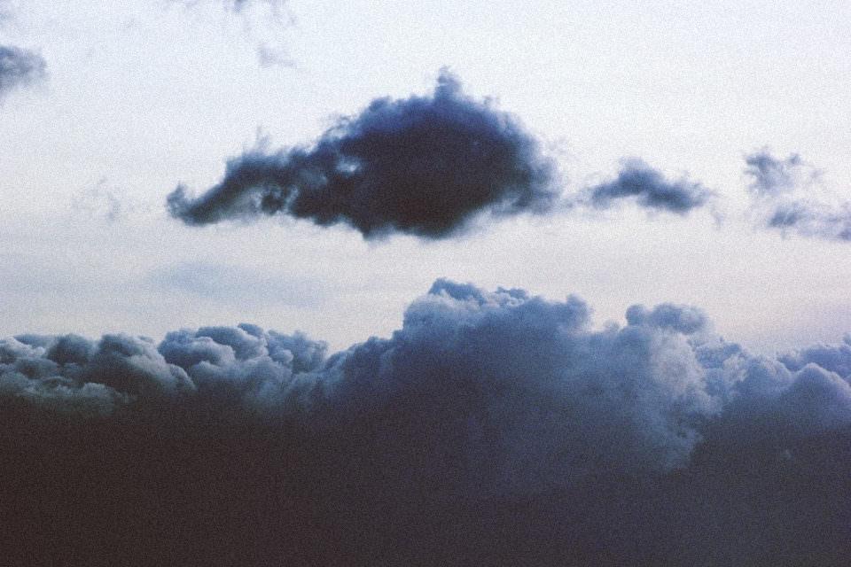 Schwarze Wolkenformationen am Himmel.