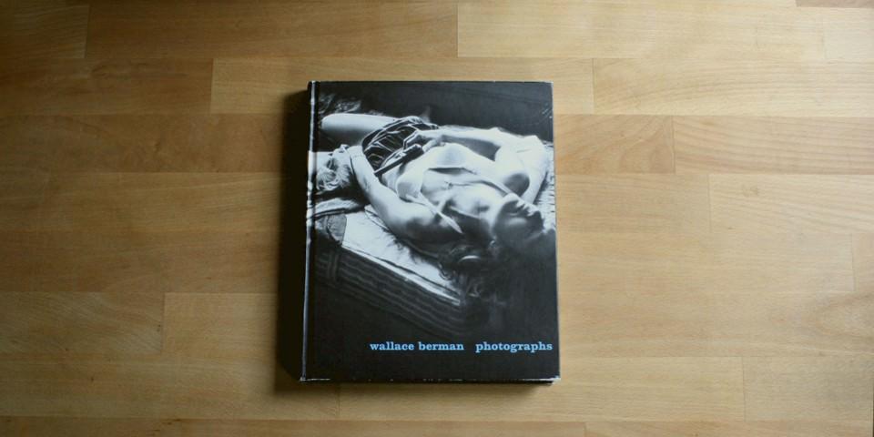 Ein Buch mit einer Frau in Unterwäsche liegt auf einem Tisch.