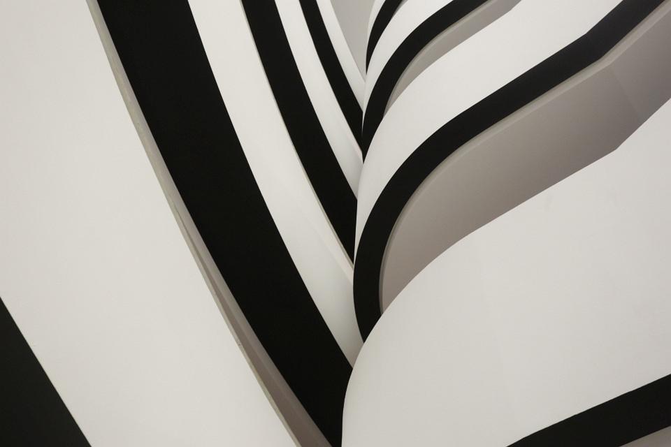 Abstraktes Architekturfoto aus cremeweißen und schwarzen Flächen.