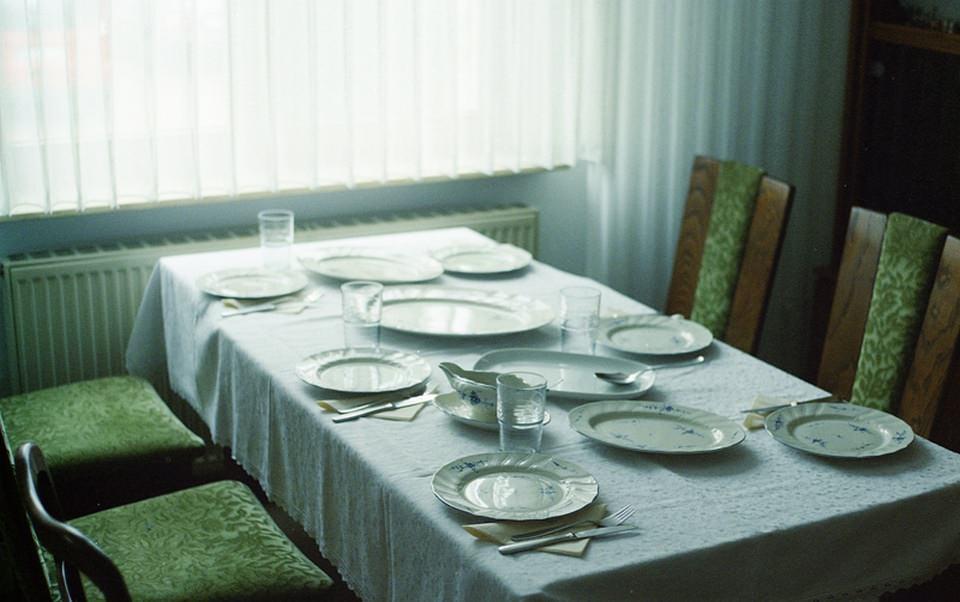 Gedeckter Tisch an einem Fenster.