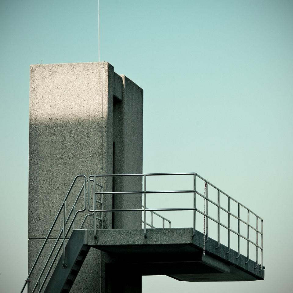Sprungplattform aus Beton vor blauem Himmel.