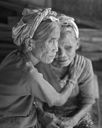 Seitliches Portrait zweier alter Frauen.