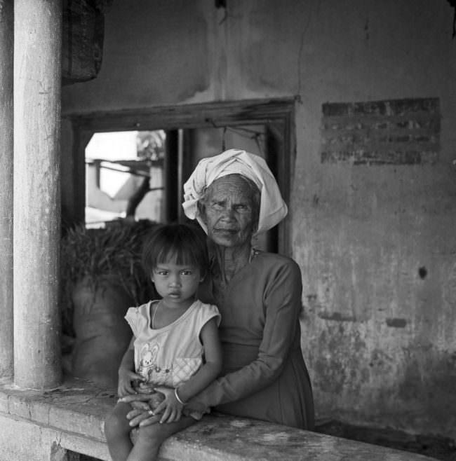 Portrait einer alten Frau und eines Kindes.