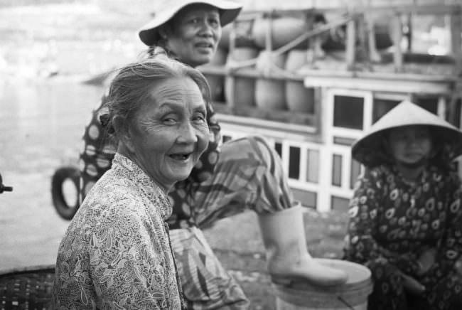 Mehrere alte Frauen lachen.