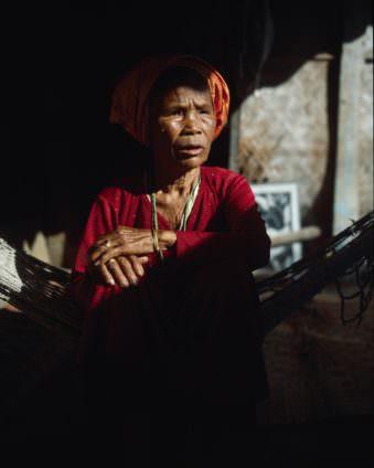 Portrait einer alten Frau im Schatten.