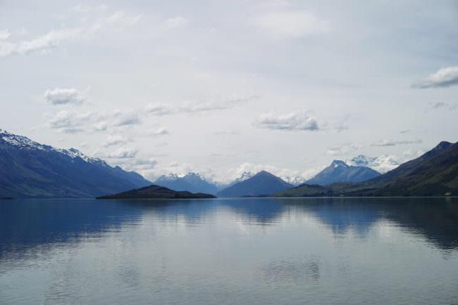 Ein See mit Bergen im Hintergrund