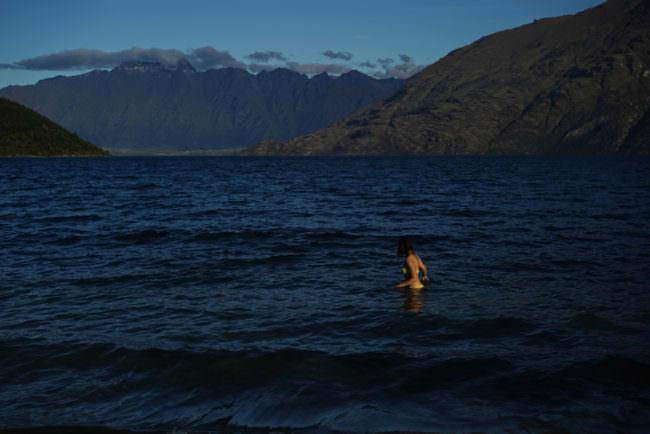Eine Frau badet im Meer