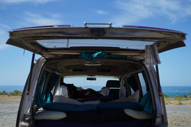 Offener Kofferraum eines Autos