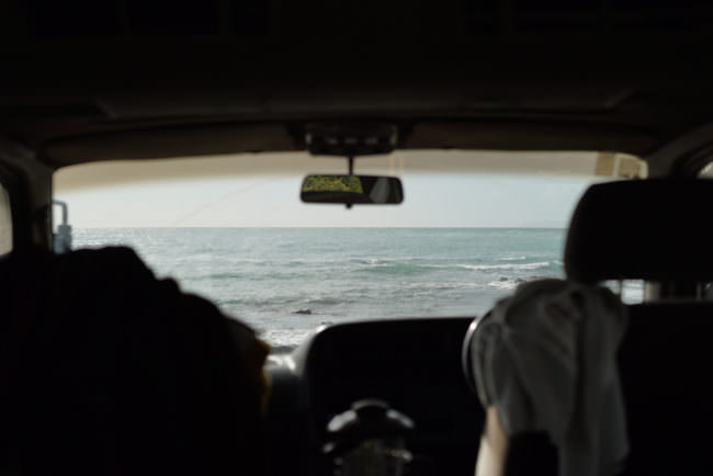Blick aus einem Auto aufs Meer