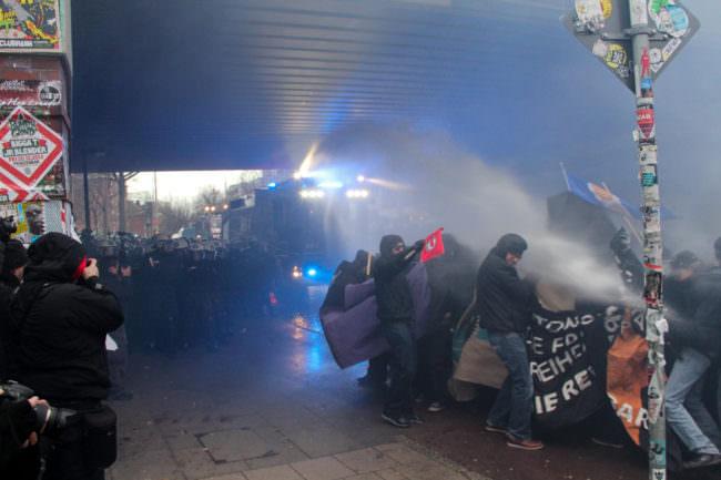 Demonstranten im Strahl eines Wasserwerfers