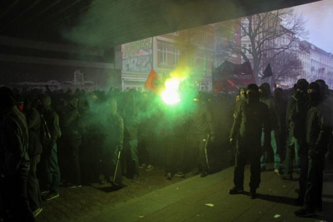 Ein Demonstrationszug mit Pyrotechnik