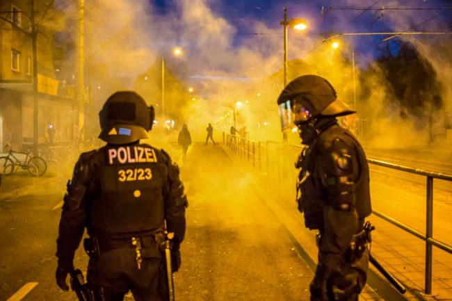 Polizisten im Rauch und Laternenschein