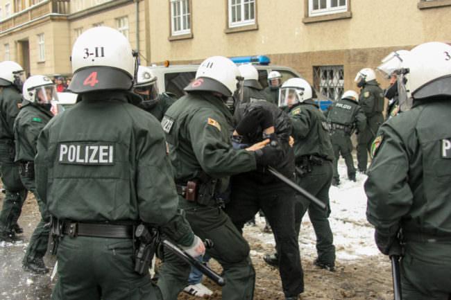 Polizisten gehen gegen eine Einzelperson vor