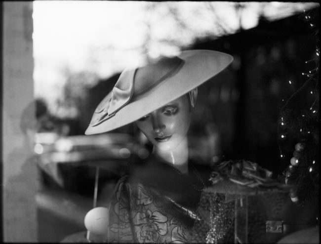 Eine Schaufensterpuppe mit Hut