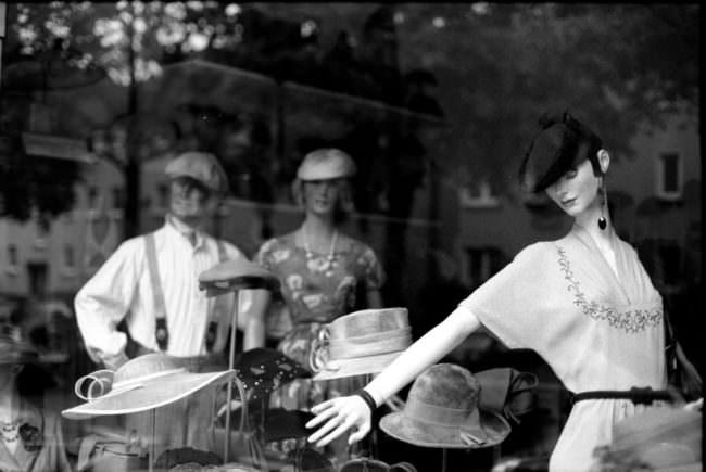 Eine Schaufensterpuppe mit Hüten