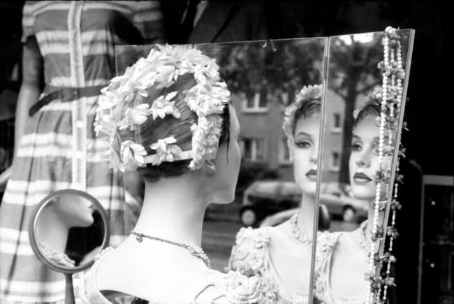 Eine Schaufensterpuppe betrachtet sich im Spiegel