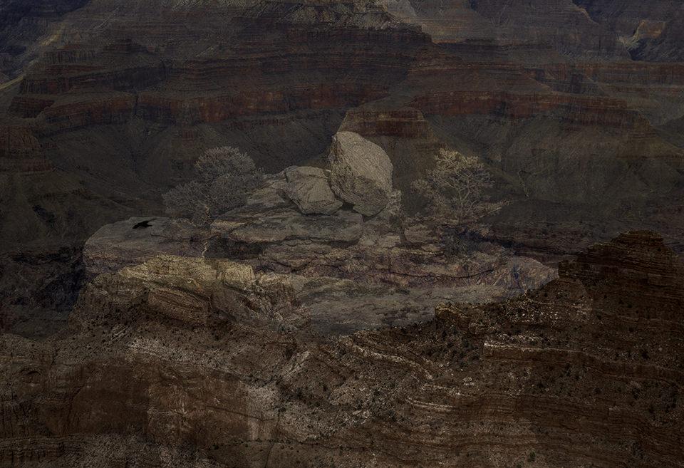 Eine ausgeleuchtete Wüstenlandschaft mit Steinschutt.