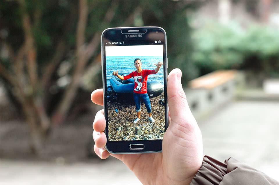 Auf einem handy ist ein Foto einer Person zu sehen.