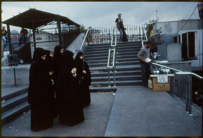 Frauen in Schwarz gekleidet und verhüllt.
