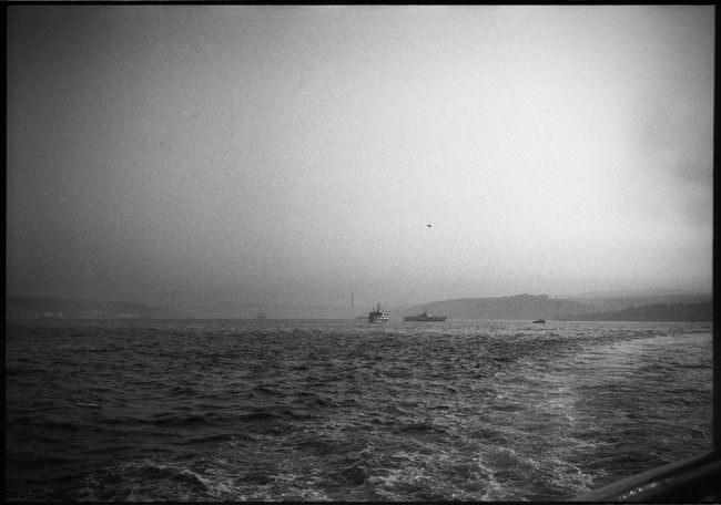 Blick auf das Wasser und ein paar Schiffe.
