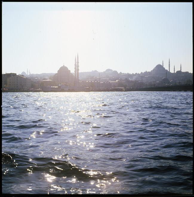 Blick auf das blaue Wasser und eine Stadt des Orients.