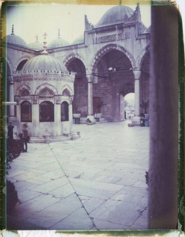 Der Blick in den Innenhof eines historisches Gebäudes.