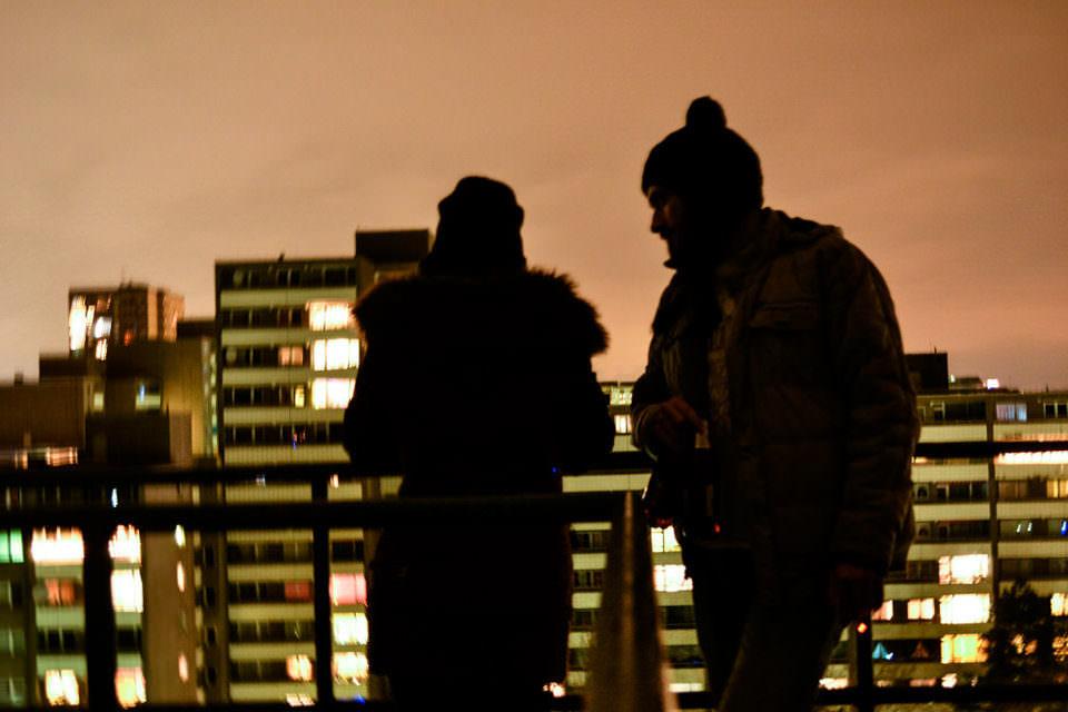 Zwei personen stehen im Dunkeln auf einem Balkon