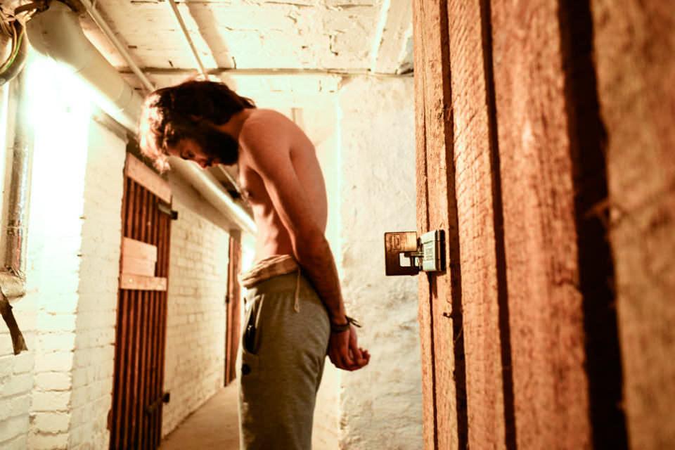 Eine person steht vor einem Kellerraum