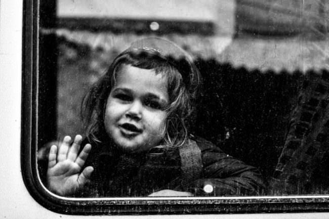 Portrait eines kleinen Kindes, aufgenommen durch ein Fenster