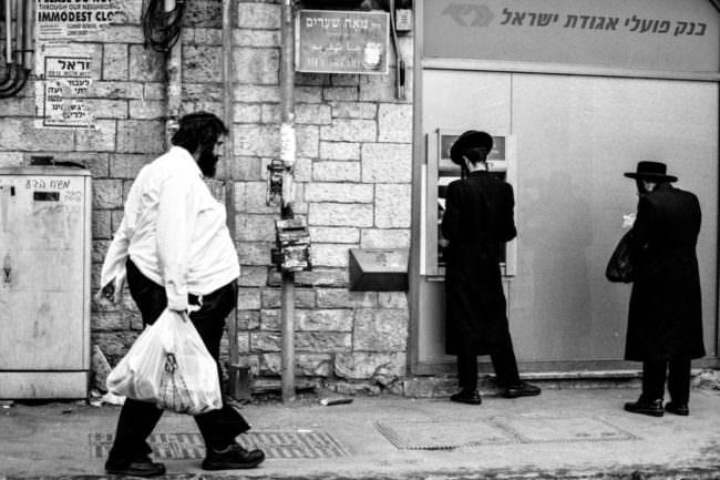 Straßenszene mit drei Männern