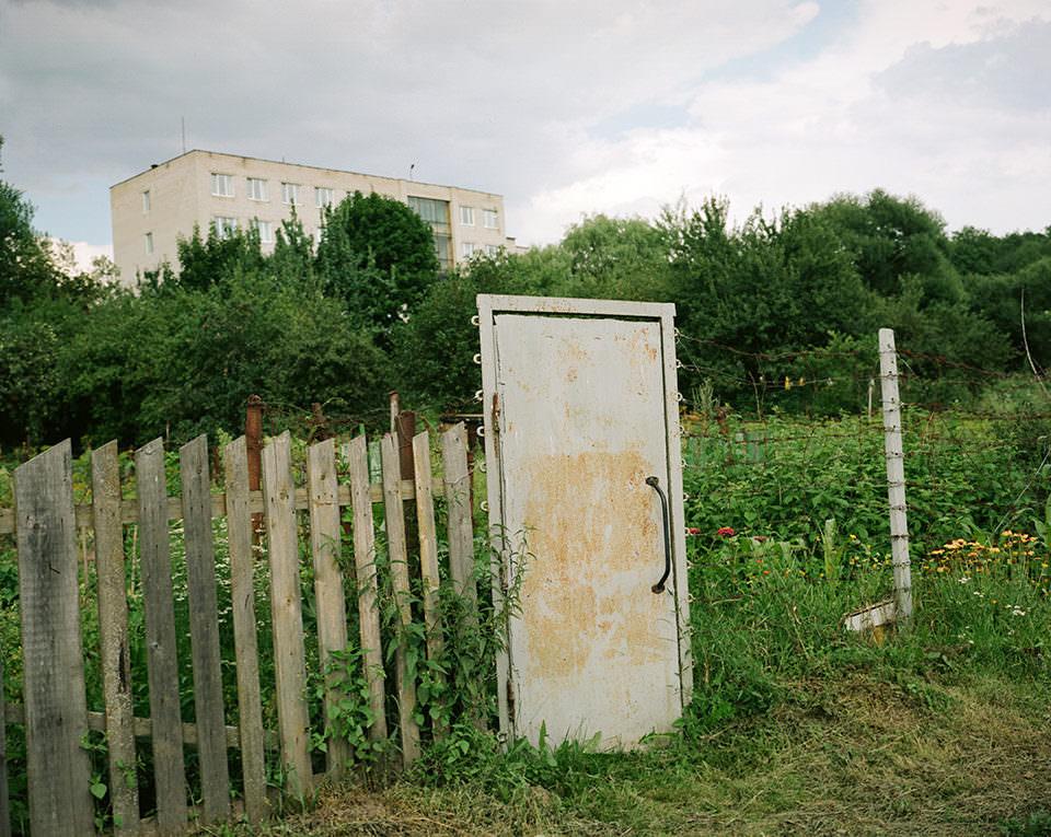Eine Tür führt in einen Garten