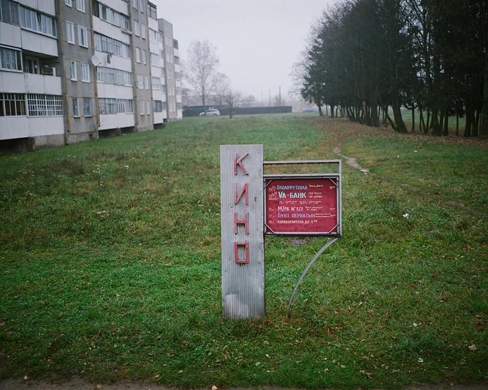 Ein Schild in einer weißrussischen Plattenbausiedlung