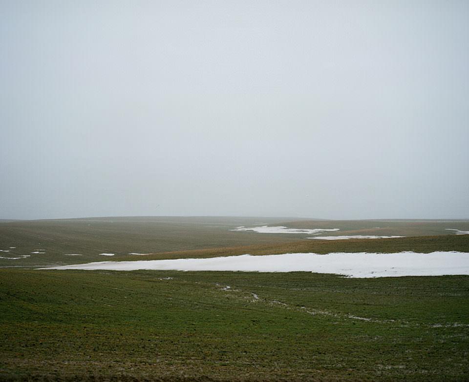 Eine vereinzelt schneebedeckte Landschaft