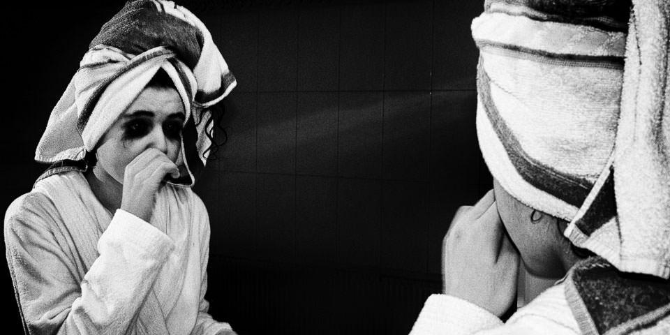 Ein Mädchen schaut in einen Spiegel.