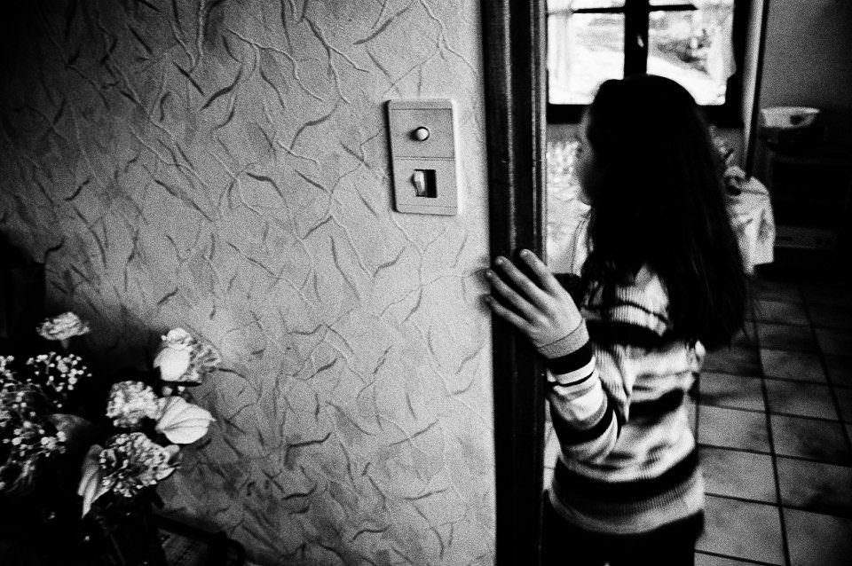 Ein Kind im Haus und ein Lichtschalter.