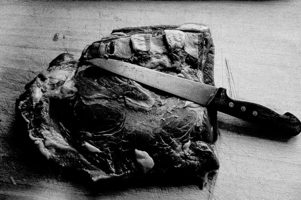 Ein Stück Fleisch und ein Messer.