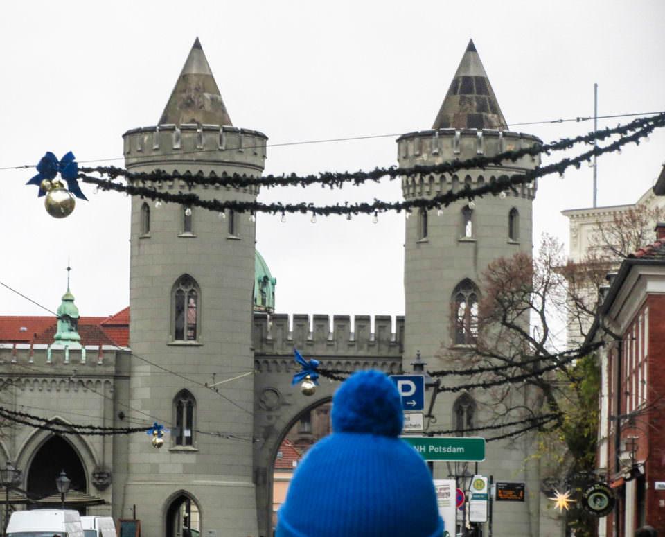 Eine Person steht vor einer Burg